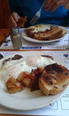 Bradford, Нью-Гэмпшир: Hash and eggs w/cinnamon raisin toast