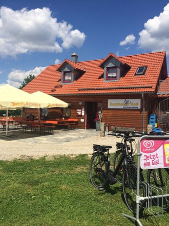 Floss, Alemania: Lunch in the shade- salads, sandwiches, ice cream, beer and wines available.