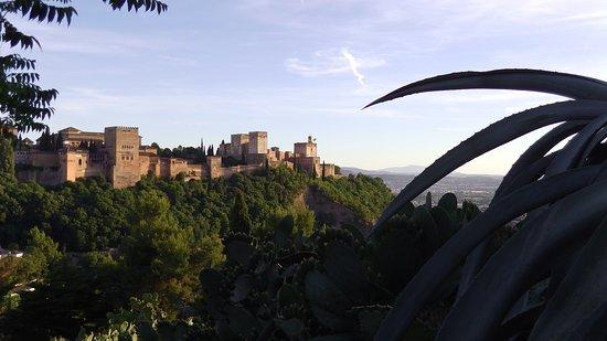 Play Granada: L'Alambra éclairé par les dernier rayons de soleil.