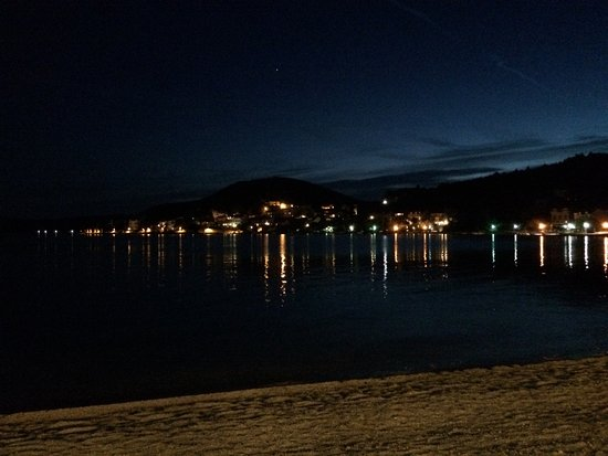 Admiral Grand Hotel: Night view of the bay from hotel