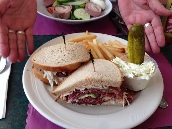 Hackensack, Nueva Jersey: Corned Beef and Pastrami sandwich with friend, cole slaw & pickle