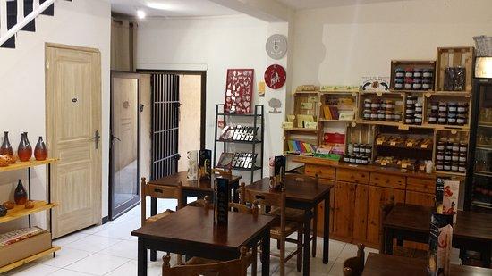 Le salon et l 39 picerie picture of une histoire de - Caf salon de provence ...