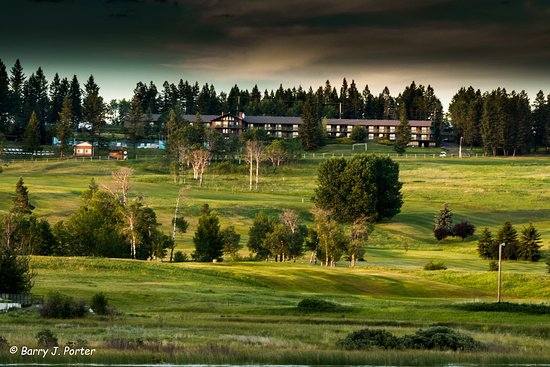 108 Mile Ranch, Kanada: Resort from the golf course