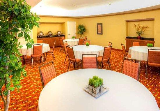 Lincoln, RI: Meeting Room Banquet Setup