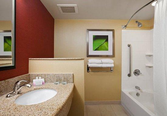 Junction City, KS: Suite Bathroom