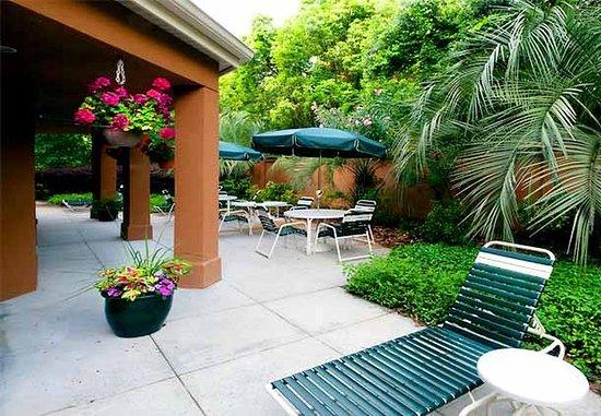 Courtyard Pensacola : Outdoor Terrace