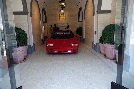 Beverly Hills, CA: En Lamborghini Countach fick pryda entrén till en av butikerna
