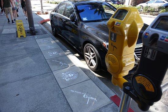 Beverly Hills, CA: Vill man att en kunder skall ha en parkering nära butiken så köper man en plats
