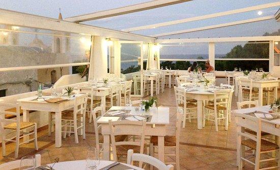 Santa Marina Salina, Italien: La grande terrazza all'aperto del ristorante La Vela