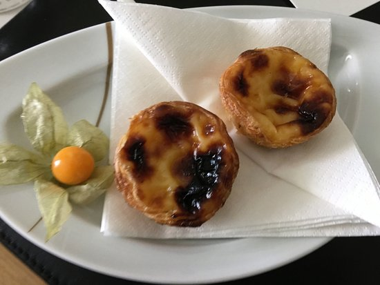 Hotel Cascais Miragem: These famous Portuguese custard tarts were in our room along with a bottle of port!