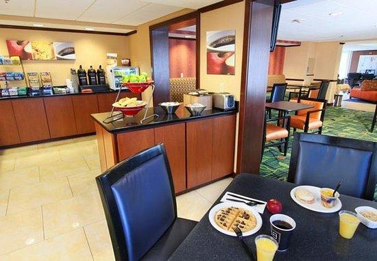 Fairfield Inn Portland Maine Mall: Breakfast Seating Area