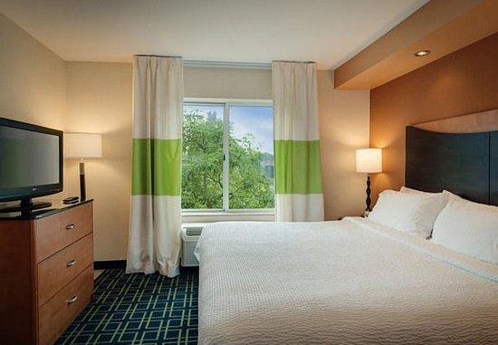 Windsor Locks, CT: King Suite – Living Area