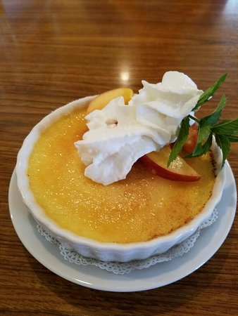Babcock House Bed and Breakfast Inn: Absolutely delicious creme Brulee with fresh seasonal fruit...perfect dessert ♡