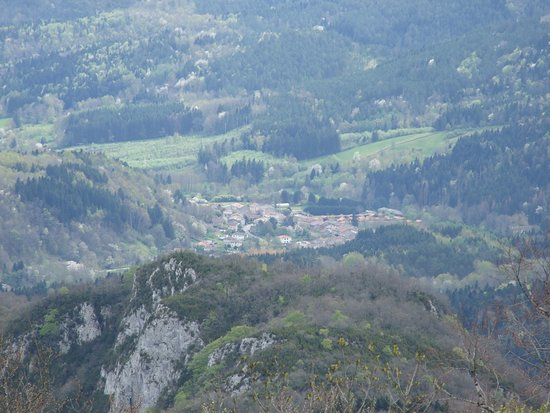 Montsegur, Frankrijk: view down to Fougax et Barrineuf village approx 10 km away
