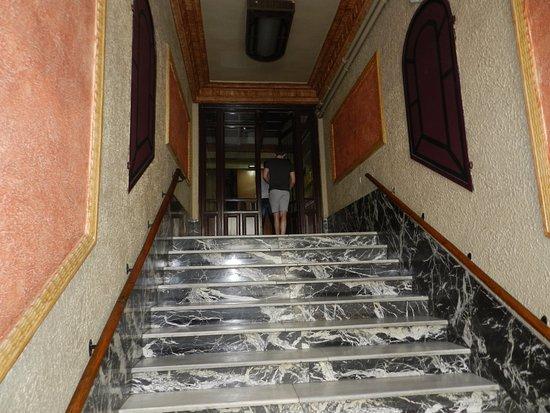 Hostal Nersan: Entrada do prédio