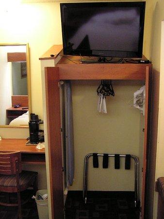 Microtel Inn & Suites by Wyndham Charlotte/Northlake : Closet under the TV