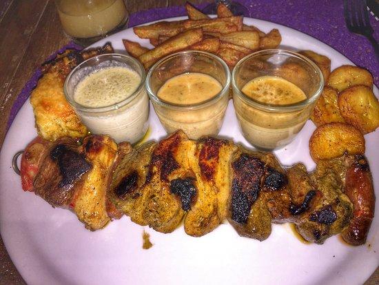 Marie-Galante, Guadeloupe: Brochette mix grillé (poulet, boeuf, canard, porc), gratin de giraumon, frites, bananes jaunes