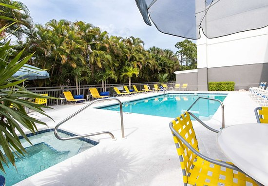 Fairfield Inn & Suites Fort Myers: Pool and Whirlpool