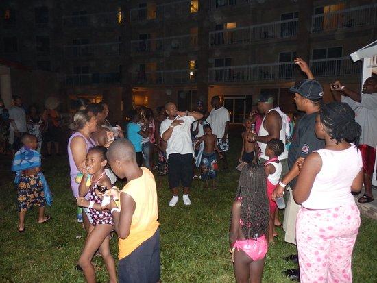 Holiday Inn Hotel & Suites Daytona Beach: Night time family fun at the gazebo