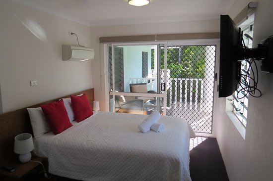 The Port Douglas Outrigger: Master b/room