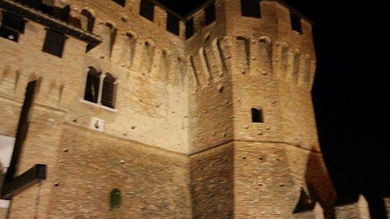 Gradara, Italia: Ponte levatoio e vista del castello