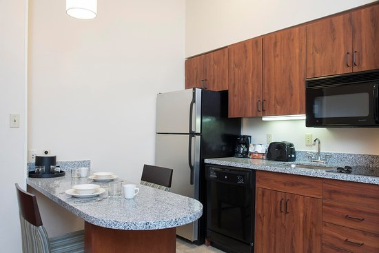 Kokomo, IN: King Suite Kitchen