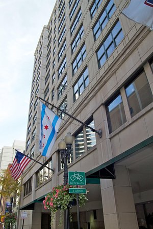 Hampton Inn & Suites Chicago - Downtown: Hotel Exterior