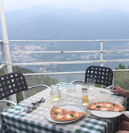 Брунате, Италия: View with our Bufula pizza