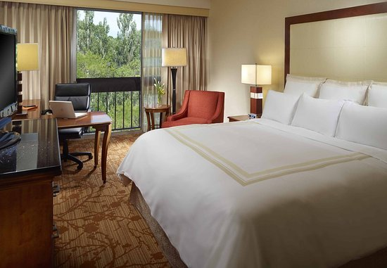 Lincolnshire, IL: King Guest Room