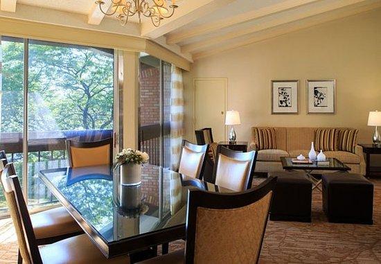 Lincolnshire, IL: King Suite – Living Area