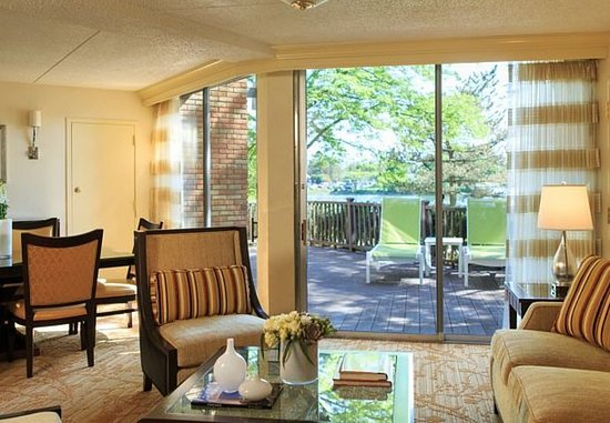 Lincolnshire, IL: King Suite – Outdoor Patio