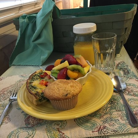 A White Jasmine Inn: breakfast in a basket