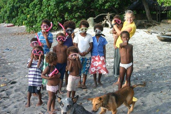 Paradise Sunset Bungalows: local kids having fun snorkeling