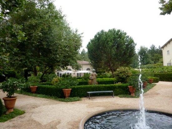 Healdsburg, Califórnia: We had fun walking around the premises at Lambert Bridge Winery.