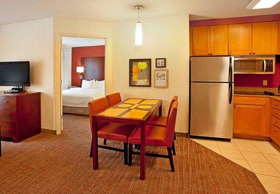 Ridgeland, MS: Two-Bedroom Suite Kitchen