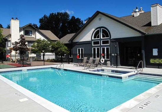 Latham, نيويورك: Outdoor Pool