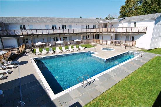 Greenporter Hotel: Outside Heated Pool