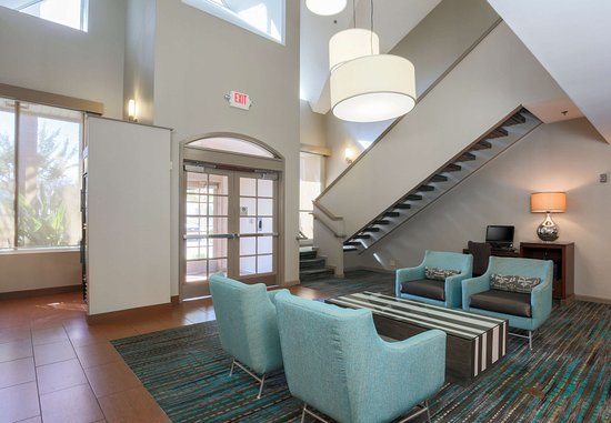 Residence Inn Bakersfield: Lobby Seating Area