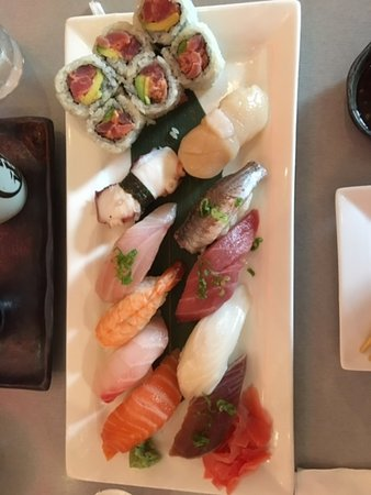 Bloomfield Hills, MI: sushi deluxe: nice selection of nigri and spicy tuna maki