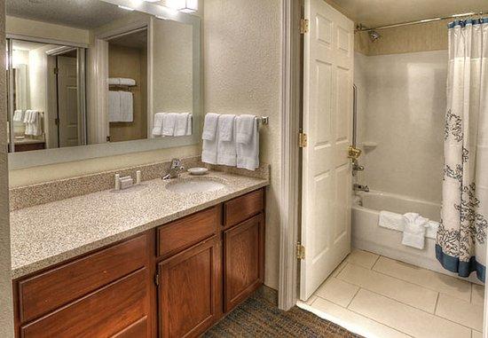 Germantown, Теннесси: Suite Bathroom