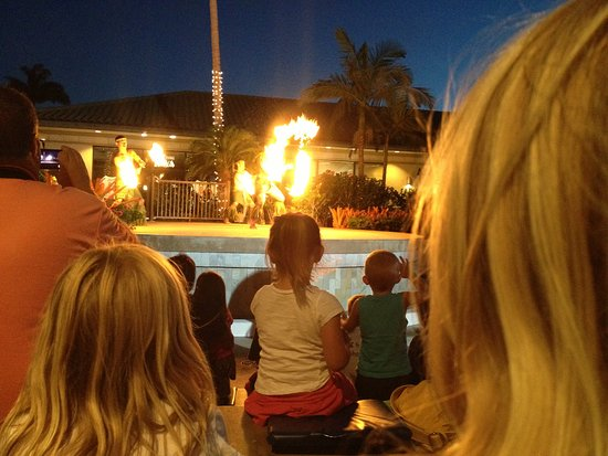 Waikoloa, Hawaï : Twice a week free Polynesian show, with hula dancers, fire dancers, and cultural tidbits.