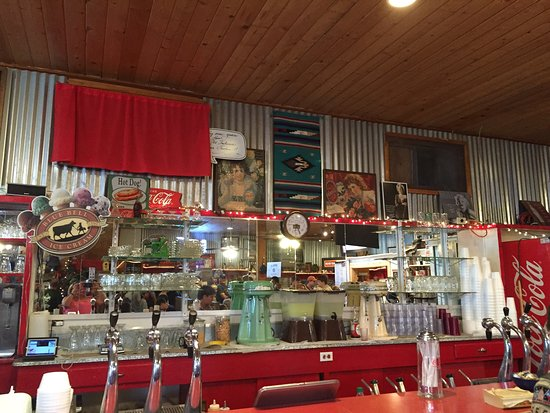 Fort Davis Drug Store & Hotel: Cute old fashioned soda fountain with yummy food! The banana split was delicious!