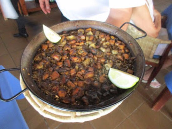 Sant Vicent de sa Cala, Spanien: Boneless seafood paella - pan presentation