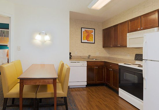 Stanhope, Νιού Τζέρσεϊ: Two-Bedroom Suite - Kitchen