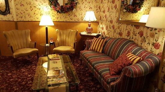 Main Street Inn: Enjoy our lobby while visiting