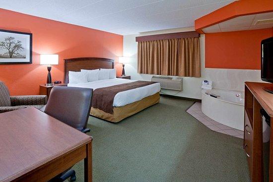 Americ Inn Sauk Centre Whirlpool Suite