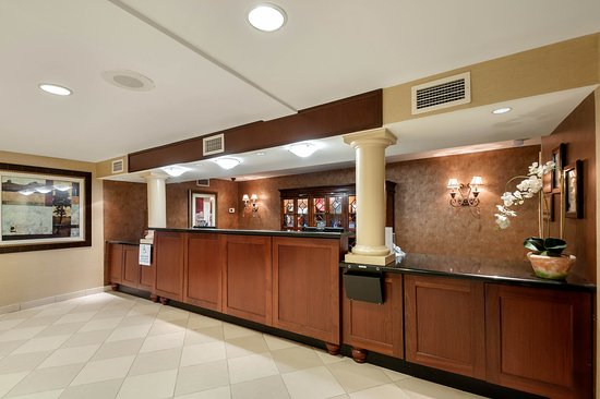 Clarion Collection Hotel Arlington Court Suites: Front Desk