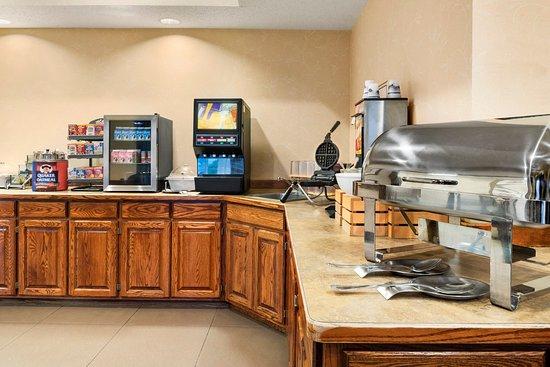 Country Inn & Suites By Carlson, West Bend: WBENBreakfast Room