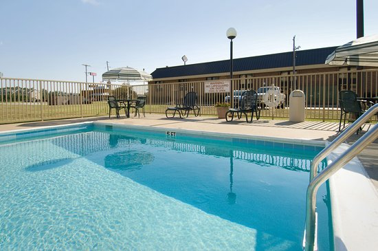 Pear Tree Inn Paducah: Outdoor Pool & Whirlpool