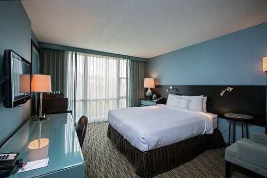 Glen Ellyn, IL: King Bed ADA Guest Room